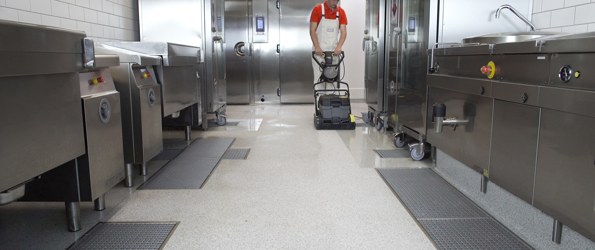 Seamless industrial kitchen floor on epoxy resin basis